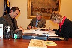 Podpis koaliční smlouvy mezi jindřichohradeckými zástupci ČSSD, ANO 2011 a SNK-ED.