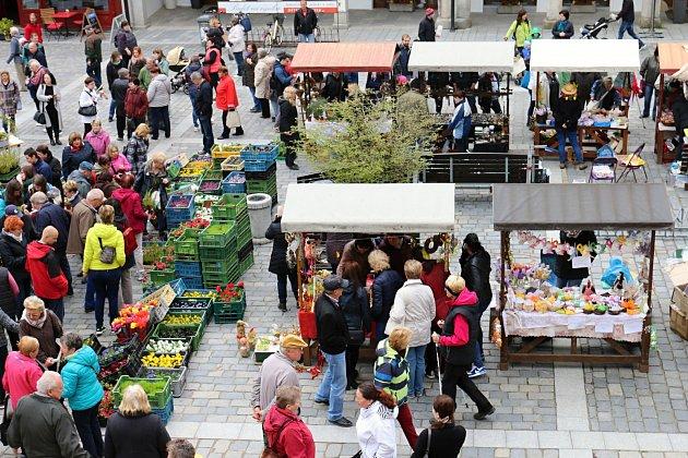 Třeboňské náměstí provoněly květinové vazby při Květinové Třeboni.