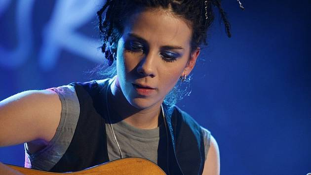 """ANETA LANGEROVÁ. Muzikantka, kterou lze směle zařadit mezi """"holky,  co umí na kytaru""""."""