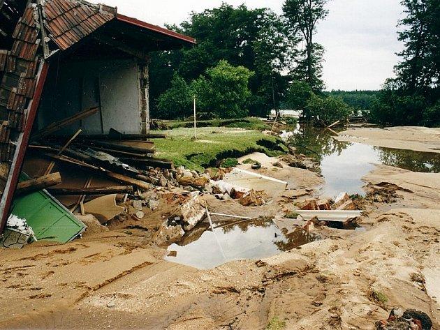 Voda v obci Majdalena strhla mnoho domů.