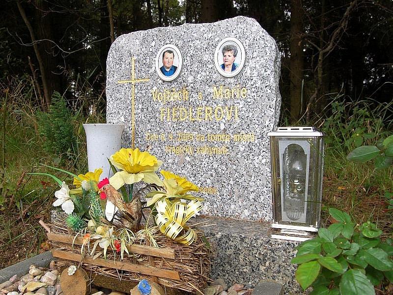 Tragickou nehodu, při níž loni začátkem září zemřeli manželé Fiedlerovi, připomíná pomníček u Kuniferu.
