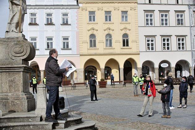 Jiří Machač zTábora svolal další demonstraci protestující proti anticovidovým opatřením. Dvě desítky účastníků se tentokrát sešly vsobotu ve 14hodin vJindřichově Hradci.