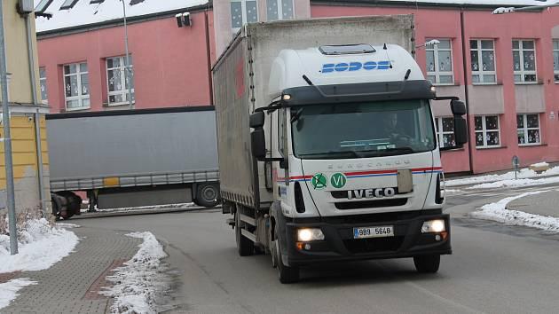 Projet centrem Kardašovy Řečice je pro mnohé řidiče náročné. V budoucnu má nákladní dopravě pomoci obchvat.