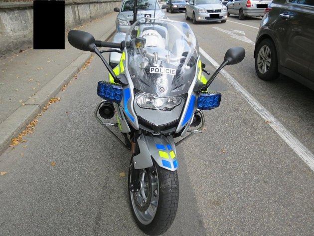 Policejní motorka, do které nacouvala neopatrná řidička.