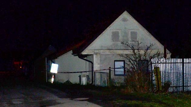Pohled na dům ve Velkém Ratmírově na Jindřichohradecku, kde se v sobotu 21. března odehrála tragédie. Vyšetřování vraždy ještě večer připomínala policejní páska.