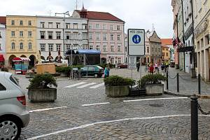 Na náměstí Míru v Jindřichově Hradci je pěší zóna a omezené parkování.