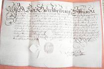 Zlomek z policsty nalezených a zajištěných listin, které pocházejí z trestné činnosti vášnivého filatelisty.