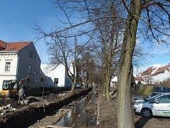 POHLED na  dokončování úpravy potoka bez přípravy na náhradní výsadbu za šest  pokácených stromů a dva stromy, které byly poškozeny v roce 2013.