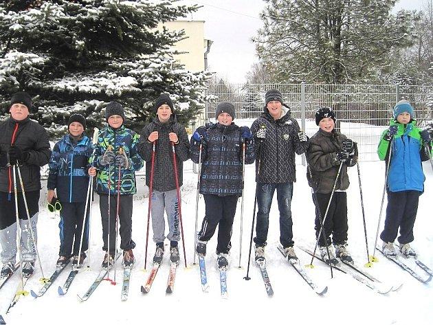 Žáci suchdolské základky si užívají zimní sporty přímo u školy.