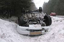 U Jarošova se auto po smyku převrátilo na střechu.