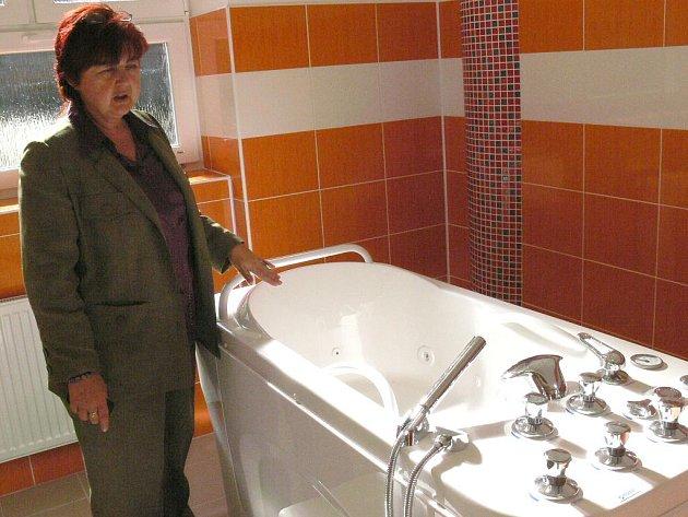 Dačická rehabilitace zaří novotou. Na snímku je ředitelka Nemocnice Dačice Miroslava Člupková u nové masážní vody v podlaží vodoléčby.