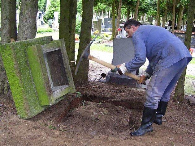 ODSTRAŇOVÁNÍ HROBŮ není jednoduchou záležitostí a ani z hlediska nákladů na odvoz a likvidaci pomníku a rámů se nejedná o lacinou věc. Na snímku vykopává náhrobek pracovník správy jindřichohradeckého hřbitova Josef Truhlář.