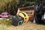 Při nehodě nákladního auta u Nové Bystřice vypadl z korby bagr.