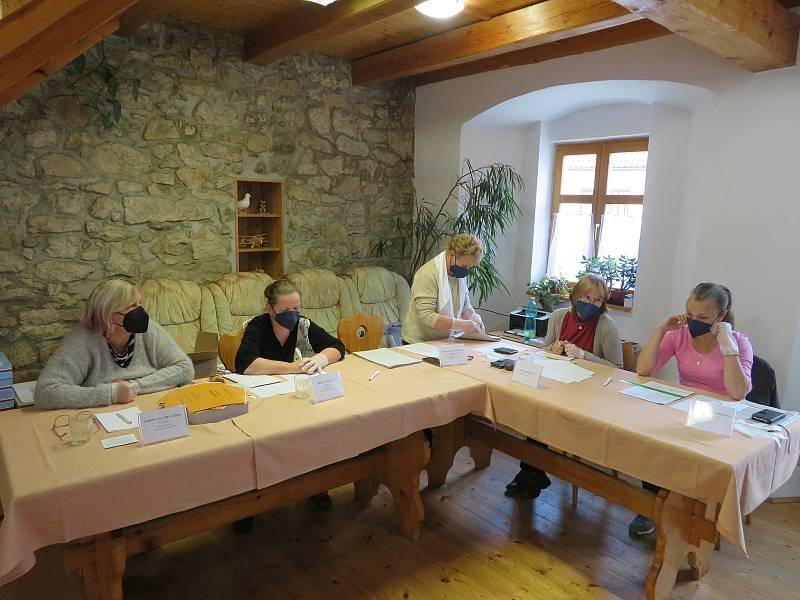 Volby ve Slavonicích v klubovně Junáku.