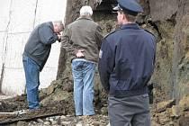 Vyšetřování tragédie v Deštné, kde panely ze silážní jámy zabily dělníka.