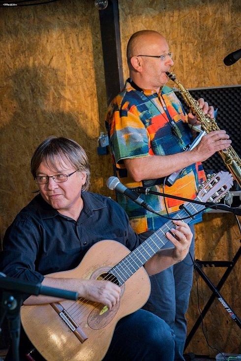 Tříhodinový koncert v parku u Bros.baru v Jindřichově Hradci 5. 8. 2020 byl velmi náročný a dlouhý, ale velice zábavný.