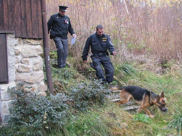 Policisté kontrolovali chatovou oblast u rybníku Komorník.