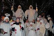 Rozsvícení vánočního stromu v Nové Bystřici předcházel andělský zvonkový průvod.