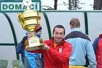 Kapitán Peče Jiří Bárta s vítěznou trofejí.