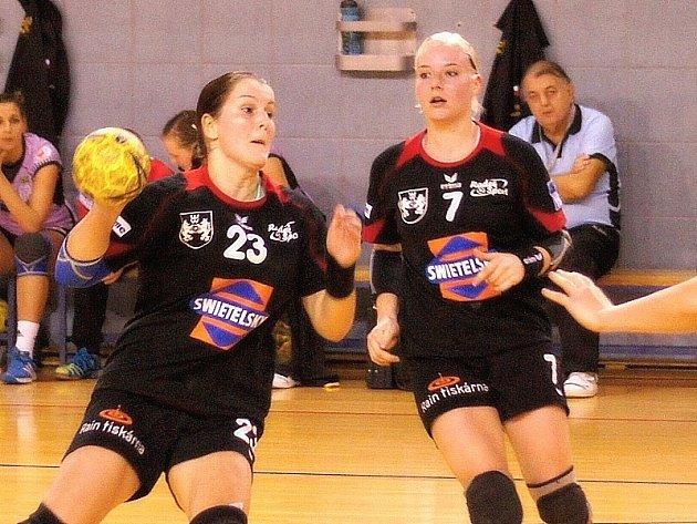Hradecké házenkářky Kateřina Krupicová (vlevo) a Zuzana Kohoutová.