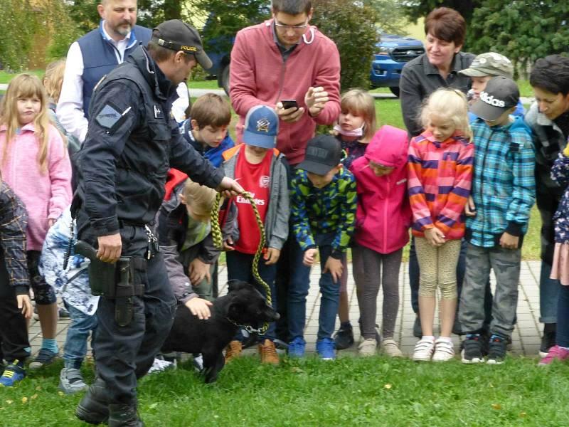 Policejní psovodi Lubomír Ábel, Jan Mol a Petr Lukačovič se svými čtyřnohými pomocníky navštívili žáky školní družiny v areálu 3. základní školy v Jindřichově Hradci.
