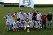 Fotbalisté Staré Hlíny po vítězství nad Strmilovem  s cennou pohárovou trofejí.