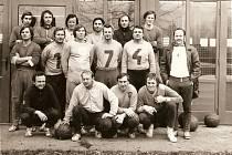 Parta třeboňských házenkářů z roku 1974 po tréninku v Doubí. Shodou náhod stojí dva z jubilantů vedle sebe. Karel Šulc je v prostřední řadě třetí zleva, vedle něho s číslem sedm Miloslav Melichar. Třetí z oslavenců Luboš Svoboda tento snímek pořídil.