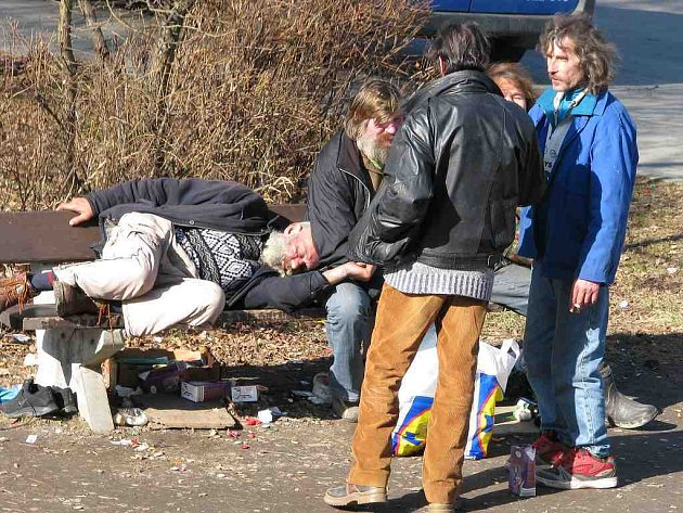 Obrázek bezdomovců u jindřichohradeckého Lidlu je již historií. Stanoviště našli o pár metrů dál, kde je nedohoní  nová vyhláška.