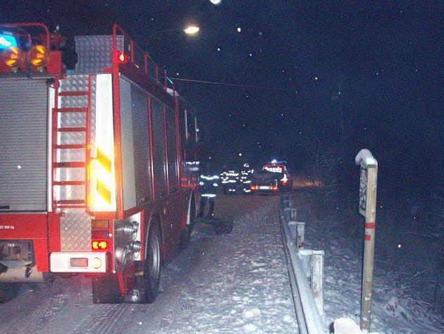 Zásah suchdolských hasičů u dopravní nehody u Hrdlořezů.