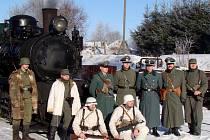 Členové Klubu vojenské historie KDF Neuhaus se při silvestrovské jízdě parním vlakem ochotně nechali fotografovat před parní vlakovou soupravou.