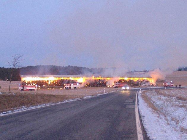 Požár skladu sena v Klášteře u Nové Bystřice.