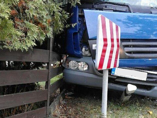 Vostré zatáčce vNové Olešné se střetla dodávka skamionem. Řidič nákladního vozu utrpěl zranění.