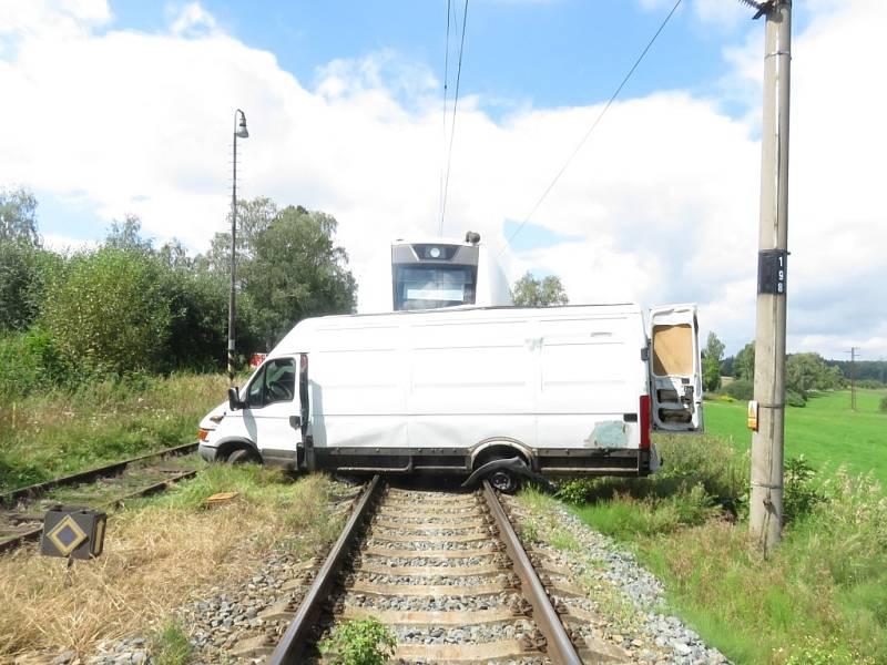 Na železničním přejezdu u Děbolína u J. Hradce se srazila dodávka s osobním vlakem.