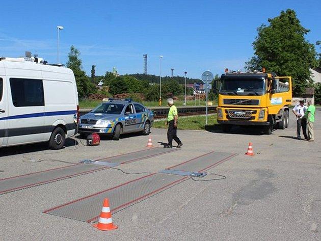 VÁŽENÍ KAMIONŮ. Hned dva přestupky zjistili policisté při nedávném vážení kamionů ve Slavonicích.