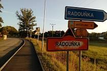 Náhradní autobusové zastávky kvůli rekonstrukci ulic v Radouňce Na kopečku stojí u Staviservisu a z druhé strany u tenisové haly.