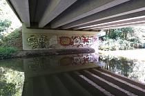 Hamerský potok v místech, kde se vlévá do rybníka Vajgar v Jindřichově Hradci.