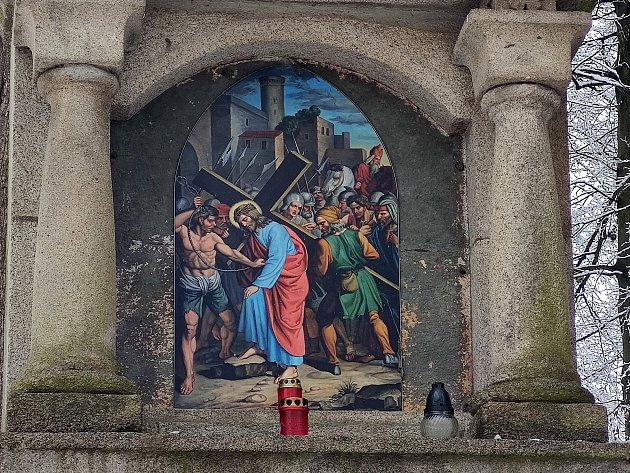 Křížová cesta ke kostelu svatého Jakuba vJindřichově Hradci. Šimon Kyrenský pomáhá Pánu Ježíši nést kříž.