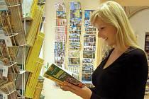 """""""V červenci vyjde nová brožura s deseti tématickými okruhy,"""" doporučuje všem návštěvníkům Jindřichova Hradce Jana Popelková z Infocentra v Panské ulici. Největší nápor turistů se očekává po víkendu."""