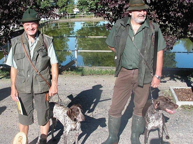 Vítězem byla fenka krátkosrstého ohaře Jola od Blatského rybníka, kterou vedl Karel Hamr z Břilic (vpravo).