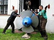 Kaplanova turbína se po opravě vrací do elektrárny U Devíti mlýnů.