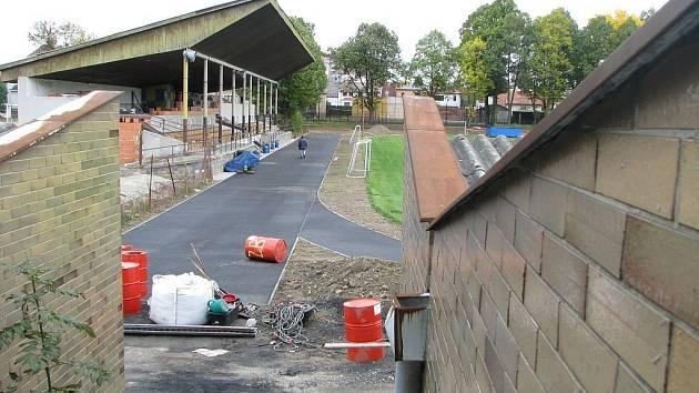 Tyršův stadion v Jindřichově Hradci dostane nový povrch na atletickém oválu.
