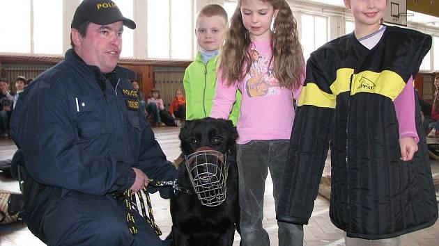 Policejní pes Oliver. Ukázky výcviku policejních psů a beseda s žáky 3. základní školy v Jindřichově Hradci.