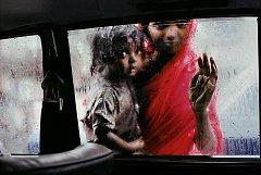 Výběr díla světoznámého fotožurnalisty Steva McCurryho je k vidění v hradeckém muzeu fotografie.