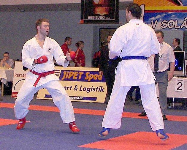 Jindřichohradecký karatista Roman Jirák (vlevo) z klubu Shindokan obsadil na republikovém šampionátu v Brně vynikající druhé místo v kategorii bez rozdílu vah.  Jirák se navíc probojoval na červencové mistrovství Evropy.