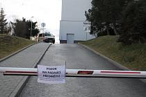 Na nebezpečí lámání větví upozorňovaly cedule už při vjezdu do nemocničního areálu.