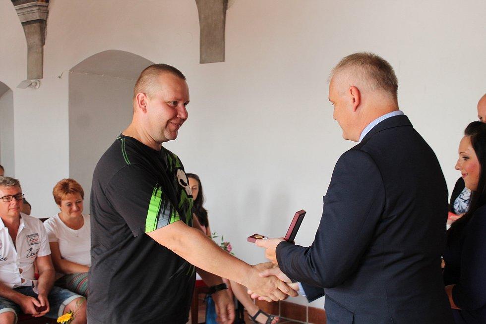 V pátek si pro bronzové, stříbrné a zlaté plakety přišli dárci krve z celého Hradecka.