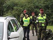 POHLED NA ZÁZEMÍ policistů, kteří dělají bezpečnostní kontroly na hraničním přechodu v Halámkách.
