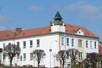 ZÁKLADNÍ ŠKOLA. V roce  1581  Petr  Vok  z  Rožmberka  městečko  Deštnou  vyplatil  a  opět  připojil  k  choustnickému  panství.  Z  této  doby  je  zmínka  o  znovu vystavění  vyhořelé  deštenské  radnice, dnes  budovy  základní školy (na snímku).