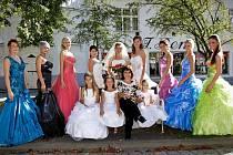 V KD Střelnice nebyly k vidění jen květiny, ale pro návštěvníky byl připraven i bohatý doprovodný program. Na snímku jsou modelky z agentury NEW STYLE Jany Holcové, která se na organizaci akce podílela. Dívky předvedly společenské šaty a  pletené modely.