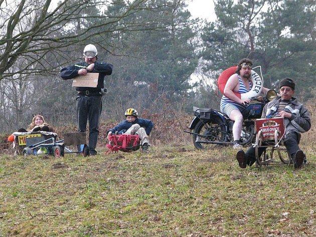 Silvestr v Horní Radouni odstartovaly tradiční sjezdy na čemkoli. Tentokrát v suché variantě.